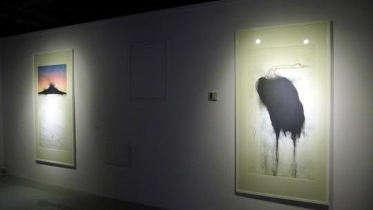 进入展厅走到头的空间主要呈现了魏青吉的水墨综合材料画作