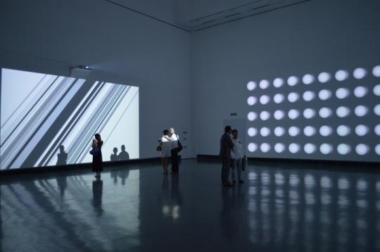 互动性成为崔岫闻这次根据苏州美术馆的结构和平面图量身定制的作品的关键