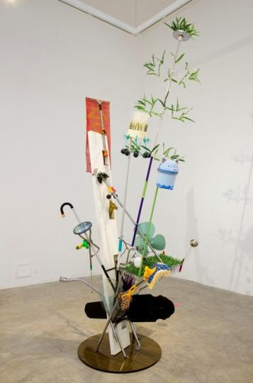 """梁硕在杨画廊""""老东西""""双个展中展出的作品《临时结构》"""