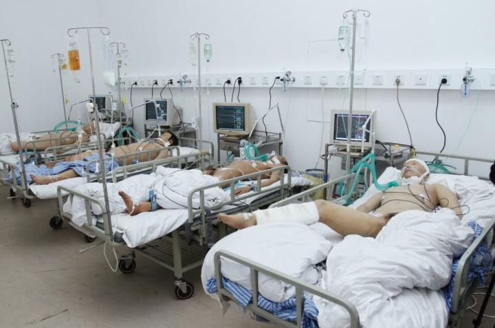 黎薇作品《英雄》用装置和雕塑再现了重症看护室令人窒息的气氛