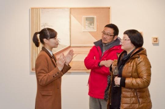 艺术家刘玉洁在现场为观众讲解自己的作品