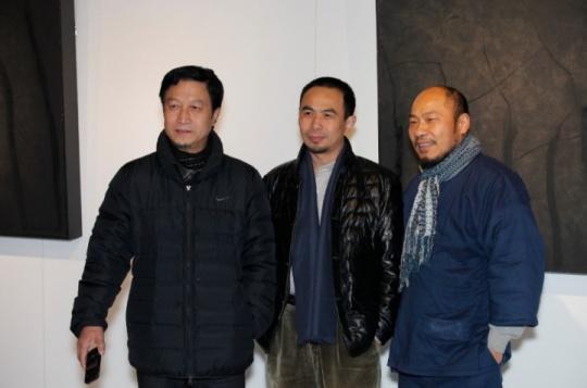 上海东江艺术馆:艺术家王春杰(左)、吴震寰(右)、艺术家汪一舟(中间)合影