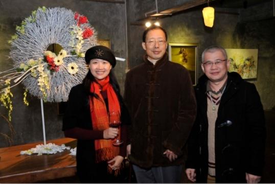 广州ART64空间:艺术家、空间主持李伟广(最右)与友人合影