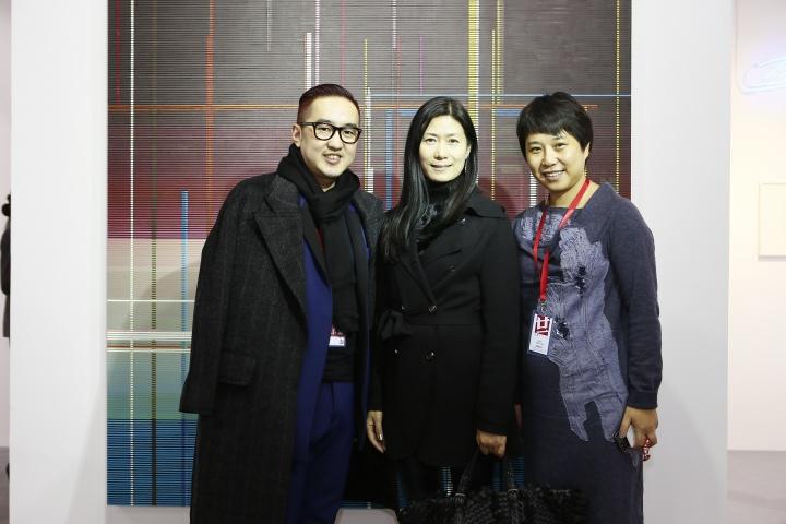 包一峰、王薇和周晓雯在白立方画廊展位合影
