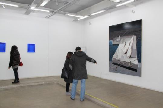 """""""倔强的空间"""",尹齐在向观众介绍自己的作品"""