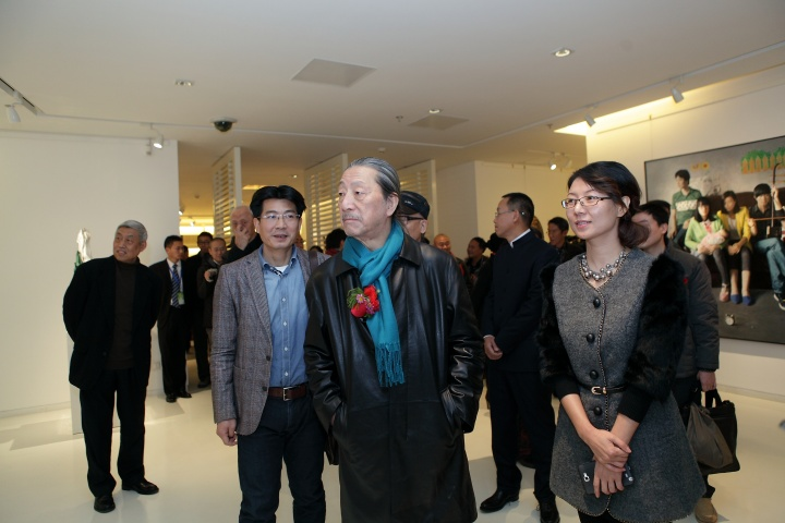 展览现场:左起分别是参展艺术家潘浩、导师袁运生、执行馆长孙莉敏
