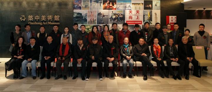 《天天向上-筑中美术馆2013年度名师提名展》合影,提名导师基本上都有到场