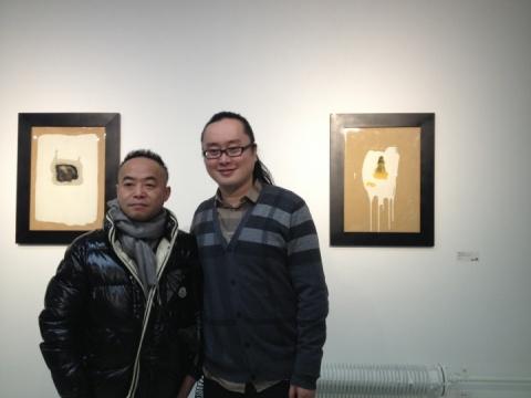 艺术顾问赵露(右)在其作品前与艺术家合影