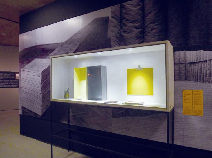"""此次博伊斯的装置作品多以展柜的形式展出,且每个展柜中集中了多个物件,比如图中的展柜里摆放着涂抹硫磺的锌盒、磁铁垃圾、磁铁名信片等,他的""""雕塑""""摆脱了把审美性放在首位的学院派模式,而强调其作为意义载体的性质"""