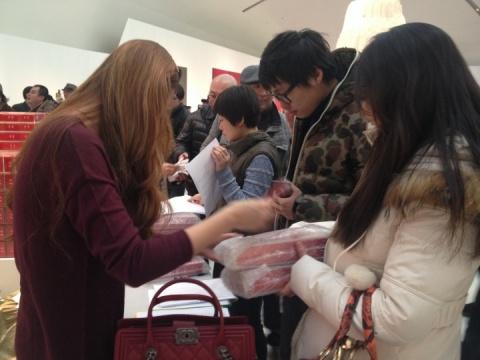 《中华》烟盒火爆销售现场