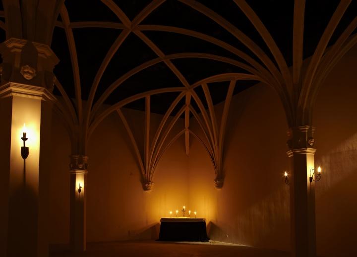 为黎薇个展打造的教堂空间