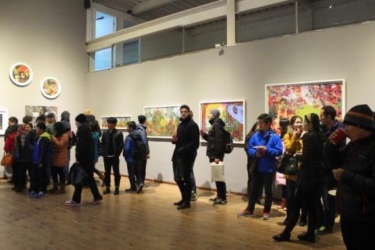 情人节之后的第二天是周末,卓越艺术空间聚集了十足的人气