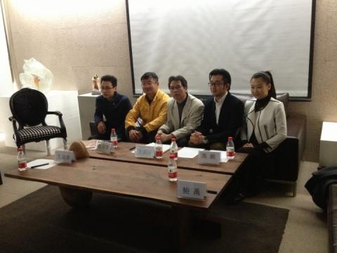 左起策展人王海涛、艺术家赵俊忠、批评家王端廷、今日美术馆馆长高鹏和流动艺术执行总监鲍禹