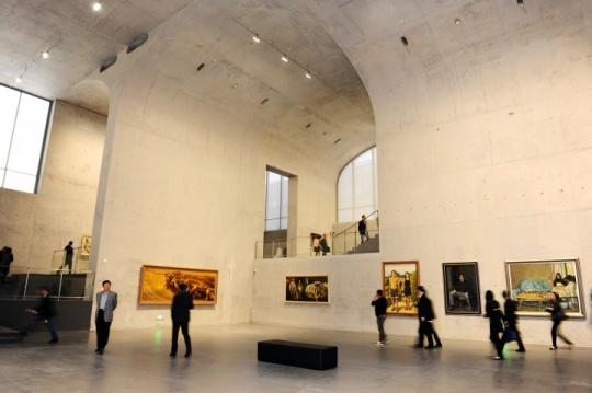 巨大拱形的展厅结构加强了空间张力,也同样契合西岸馆更为关注当代的视野