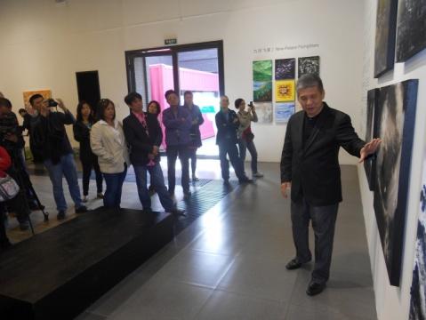 开幕现场,陈军荣先生为大家讲解作品背后的易经世界