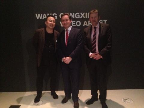 王功新(左一)与澳大利亚维多利亚国家美术馆(NGV)馆长TonyEllwood(中)、执行馆长Andrew Clark(右一)合影