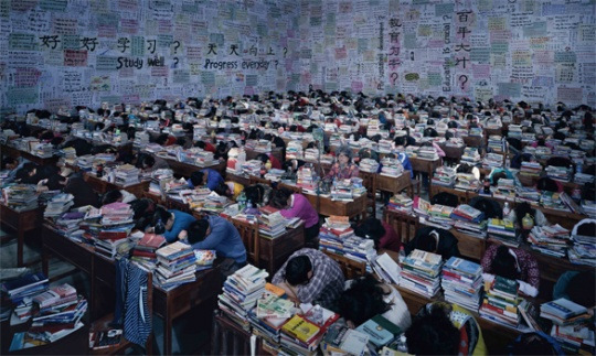 王庆松《跟你学》数字打印照片 420cm×700cm 2013年