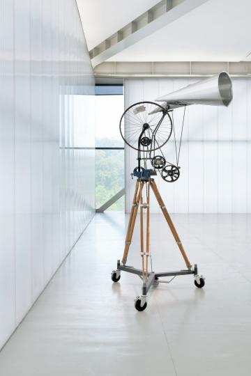 威廉·肯特里奇作品《动态车轮雕塑与双扩音器》