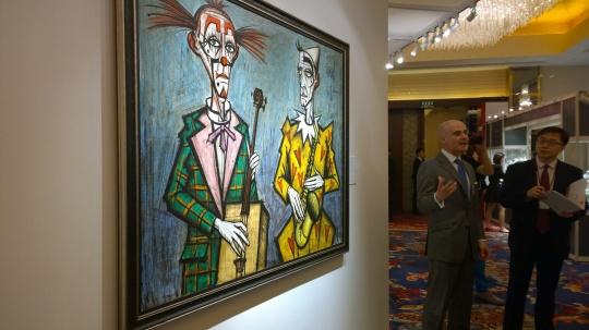 佳士得上海春拍北京预展现场,印象派以及现代艺术部专家向媒体介绍焦点拍品。图为贝尔纳·布菲作品《两个小丑(萨克斯风)》