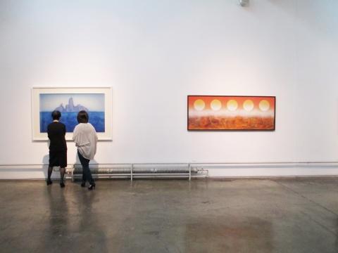 左:徐累的作品《灵山》 右:刘国松的作品《太空系列-日之运行》