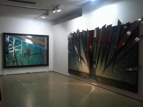 """画面上不锈钢塑造的""""桥""""(右),一排蓝色的灯光激活画面(左)"""