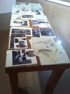 铺满手稿的桌子