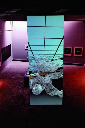 缪晓春的《公敌》正好是为类似楼梯口的空间创作
