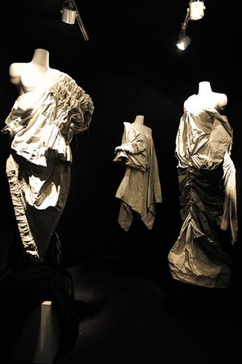 《像雕塑一样》,使用帆布和工业油漆重塑了古典主义