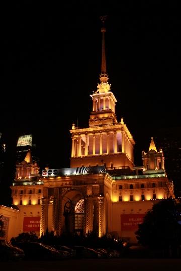九月份将有两个艺博会在这里发生,上海展览中心夜景