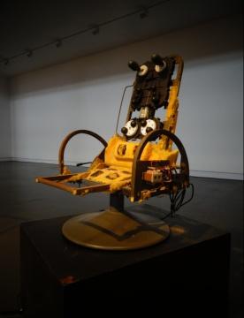 杨振中《按摩椅:后来,爱迪生的直流电输给了交流电按摩椅》(局部)