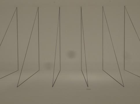 Fred Sandback《无题(雕塑研究:七个直角三角形的建构)》