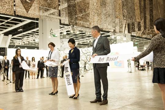 巴塞尔与香港两市政府要员参与的剪彩仪式