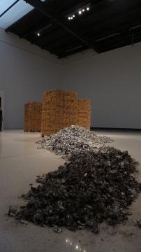 黄永砯 《三摞,一堆,一摊》牛奶,纸盒,灰 尺寸可变 2014