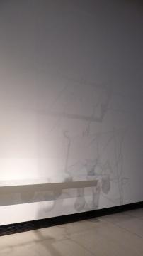 邱志杰《邱注上元灯彩图》展厅墙面上作品的影子