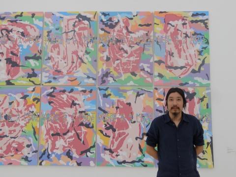策展人鲍栋在吴山专&英格的作品前