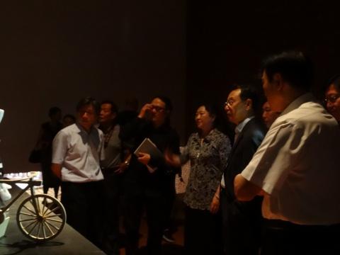 中国美术馆馆长范迪安 展览学术主持高世明 陪同领导参观展览