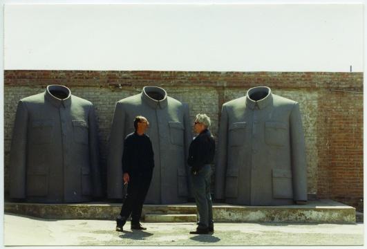 未名摄影师,《戴汉志(左)在北京南城艺术文件仓库(CAAW)》,摄于1999-2000年前后,彩色照片。
