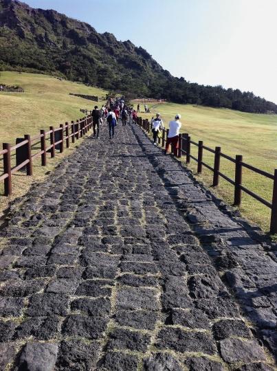 攀上火山岩铺的小路上山