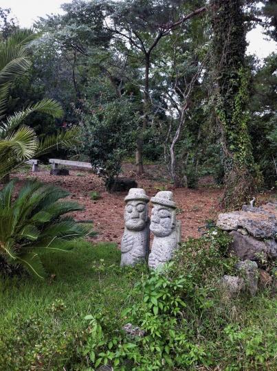 守望济州现代美术馆的石头爷爷与石头奶奶