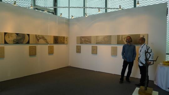 香格纳画廊主劳伦斯(左)和千高原艺术空间画廊主刘杰(右)在千高原艺术空间展位