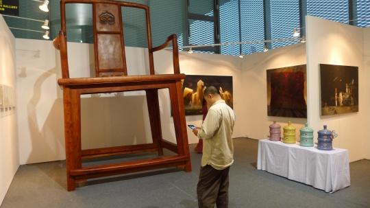 三潴画廊展位,艺术家李明铸在其作品《就是官帽椅》前