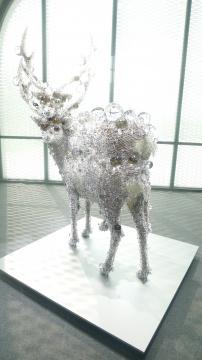 入口第一家即为将于8月份在上海开幕新空间的阿拉里奥画廊展位。图为日本艺术家名和晃平售价300多万的《双重棱镜鹿7号》