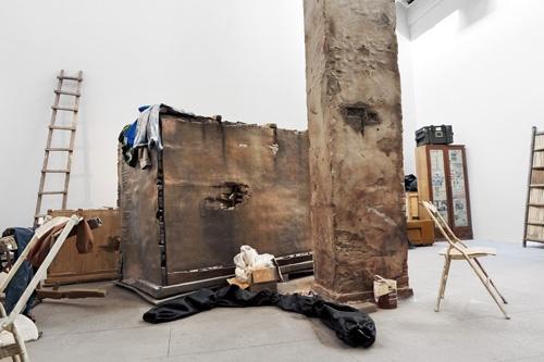 焦兴涛 《真实的赝品》 装置 树脂、漆、铜、铁板、白色大理石、现成品  尺寸不等  2004-2013
