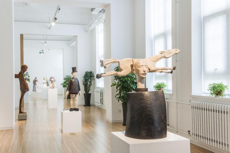 hi艺术空间的长形展厅中,在开放性的延展之外形成空间的分割与集中.图片