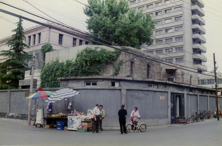 1996年NAAC在北京王府井校尉胡同设立的cifa Gallery,后面的建筑依次为中央美院画廊、陈列馆、宿舍楼  图片提供:张离