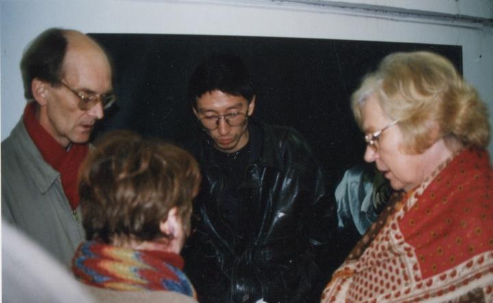 戴汉志在1996年王兴伟个人展览上 图片提供:张离