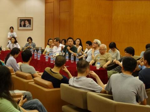 展览的开幕式,是由多位清华美院的教授以及其他艺术界人士所组成的研讨会构成
