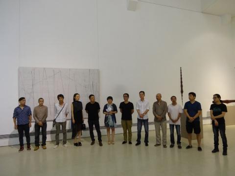 诸多艺术家出席了展览的简单开幕