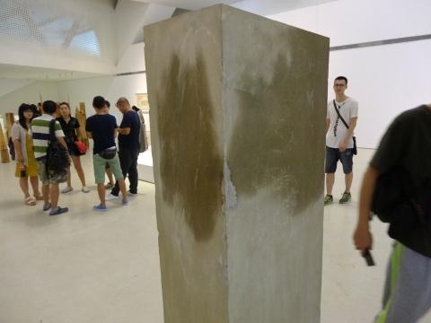 """李勇政""""湿润的碑"""",宛如未晾干的建筑材料。然而,在上面可以找到惊喜的细节"""