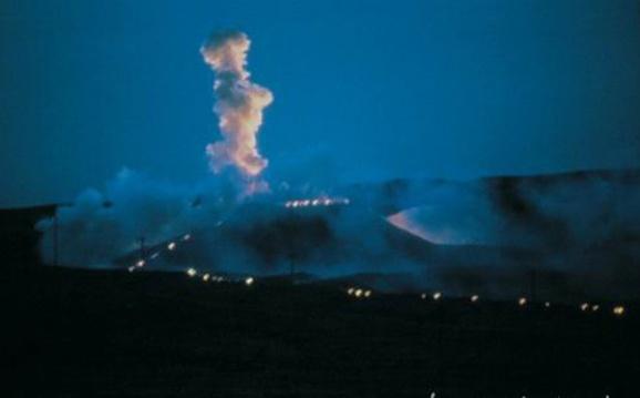 """1993年,旅居日本的蔡国强回到中国,在嘉峪关实施了他著名的爆炸作品""""为长城延长一万米——为外星人所作的计划"""""""